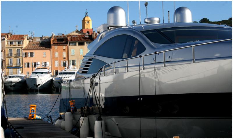 Azuralive: St Tropez behind Yachts